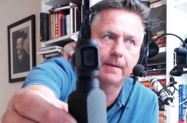 Gunnar zeigt seine Cosmo Pocket Kamera