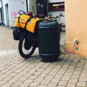 Gunnars Bike beim LAden hinter einer Mülltonne