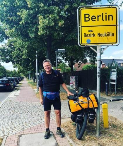 Gunnar am Ortsschild von Berlin Neukölln