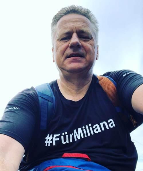 Gunnar mit #FürMiliana Shirt auf dem E-Bike